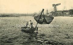 Hafenfischer beim Fischfang im Hamburger Hafen / Segelschiffhafen - re. das Kranhöft.