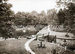 Historische Fotografie von der Alster in Hamburg Mellingstedt - Blick auf die handbetriebene Mellingstedter Schleuse.