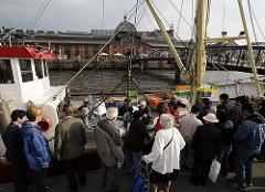 Am Anleger Altonaer Fischmarkt hat der Cuxhavener Fischkutter ELVSTINT am Sonntag Morgen fest gemacht. Direkt vom Kutter verkauft die Besatzung die frisch gefangenen Fische auf dem Fischmarkt an ihre Kunden. Im Hintergrund das restaurierte histori