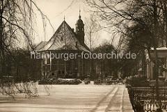 Blick auf den Friedhof und die Dreifaltigkeitskirche in Hamburg Hamm, geweiht 1693. -
