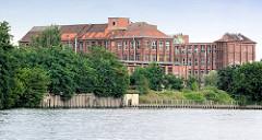 Historische Industriearchitektur an der Spree - leerstehende Gebäude der ehem. Berliner Kodak Werke.
