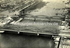 Alte Luftaufnahme von den Elbbrücken an der Norderelbe - lks. im Hintergrund der Entenwerder Zollhafen - re. das Elbufer an der Veddel.