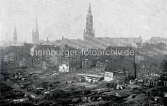 Altes Foto von der Hamburger Innenstadt - Abriss vom Gängeviertel bei der Niedernstraße; Türme der Hansestadt Hamburg  - im Bildzentrum die Jacobikirche, lks. die Petrikirche und der Rathausturm.