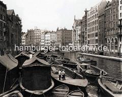 Historische Ansicht aus der Hamburger Altstadt - Blick von der Reimbersbrücke über das Nikolaifleet zur Holzbrücke - Arbeitsboote und Schuten leigen auf dem Wasser - Ewerführer staken ihre Boote zum Liegeplatz.