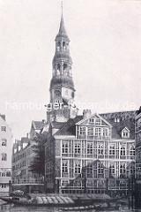 Historische Darstellung aus der Altstadt Hamburgs - Wohnhäuser am Fleet, Kirchturm der St. Katharinenkirche.