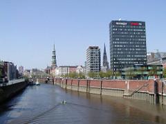 Alte Fotografie vom Zollkanal und der Spiegelhochhäuser an der Brandstwiete, dazwischen der Kirchturm der St. Nikolaikirche - lks. die Katharinenkirche.