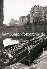 Blick über das Herrengrabenfleet zur Ellerntorsbrücke; Straßenbahnen überqueren das Fleet; im Vordergrund eine abgedeckte Schute.