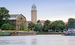 Mündung der Spree in die Havel - ein Binnenschiff fährt in die Berliner Havel ein - Rathausturm von Spandau.