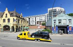 Historische Häuser in Hamburg am St. Pauli Fischmarkt.  Ein Abschleppwagen mit aufgeladenem KFZ fährt auf der Strasse.  Bilder der Hamburger Architektur - Fotos aus den Stadtteilen Hamburgs.