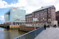 Blick vom Wandrahmsteg über den Zollkanal zum Spiegelgebäude auf der Ericusspitze in der Hamburger Hafencity - lks. der Teerhof.