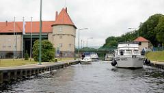 Schleuse Kleinmachnow, Teltowkanal - Sportboote haben eingeschleust und liegen in der gefüllten Schleusenkammer.
