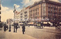 Colorierte historische Darstellung der Hamburger Straße im Stadtteil Hamburg Barmbek / Süd; Handkarren, Auto und Pferdefuhrwerk auf der Straße - Passanten stehen am Straßenrand.