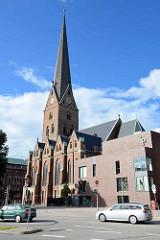 Blick über die Domstraße zur Hamburger Hauptkirche Sankt Petri - re. der Neubau vom Gemeindehaus / Beratungs- und  Seelsorgezentrum; erbaut 2010 - Architekten Akyol und Kamps.