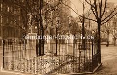 Historische Aufnahme der Kreuzigungsgruppe der Heiligen Dreieinigkeitskirche von Hamburg St. Georg. Die Skulpturen wurden um 1500 geschaffen und bilden die letzte Station eines Kreuzweges.