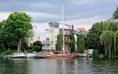 Kleine Marina am Ufer der Spree - zu Wohnraum umgenutzt historische Gewerbearchitektur und Neubau am Spreeufer.