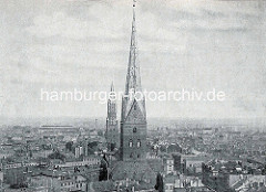 Historische Luftaufnahme von der Hamburger Innenstadt / Altstadt - Kirchtürme der Sankt Petrikirche und Jacobikirche.