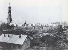 Abrissgebiet auf dem Brook, Vorbereitung zum Bau der Hamburger Speicherstadt, re. die Kornhausbrücke. Am gegenüber liegende Ufer des Fleets / Zollkanals Häuser beim Zippelhaus und die Hauptkirche Sankt Katharinen.