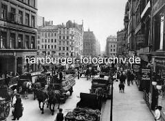 Fotos von der historischen Hansestadt Hamburg - Blick vom Hahntrapp zum Hopfenmarkt bei der Nikolaikirche - Pferdefuhrwerke mit Stroh und Gemüsekörben; Werbeschilder für Maschinen Strickerei, Goldwaaren, Weisswaaren, Haarschneiden und Butter -