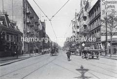 Bilder von Hamburg Barmbek früher - geschäftigtes Treiben auf der Hamburger Straße - Pferdefuhrwerke mit Ladung, Pferdedroschken - Werbung Schweizer Garten, Holsten Bier.
