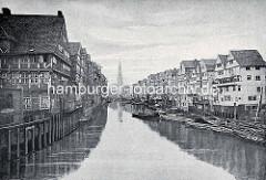 Historische Darstellung vom Dovenfleet in der Hamburger Altstadt - lks. die Speichergebäude am Alten Wandrahm, die dem Bau der Speicherstadt weichen mussten. Im Hintergrund die Kornhausbrücke und der Kirchturm der St. Katharinenkirche.