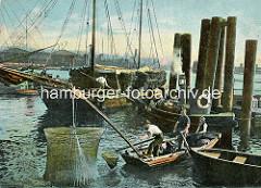 Hafenfischer im Hamburger Hafen bei der Arbeit - das mit Fischen gefüllte Wurfnetz  wird aus dem Wasser gezogen; im Hintergrund ein Ewer, der Reisig / Reet geladen hat.