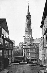 Historisches Motiv der Hamburger Altstadt -  Kran auf dem Brook am Dovenfleet, dahinter Wohnhäuser und St. Katharinenkirche.