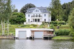 Villa am Ufer vom Griebnitzsee in Potsdam / Babelsberg; moderne Bootshäuser.