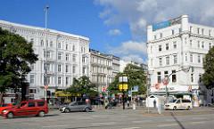 Blick über den Steintorplatz zum Steindamm in Hamburg St. Georg - Gründerzeitarchitektur mit weisser Fassade.