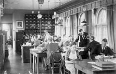 Altes Foto aus einem Büro / Kontor im Hamburger Kontorhausviertel - Schreibtische mit Büroangestellten.