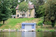 Villa am Ufer vom Griebnitzsee in Potsdam / Babelsberg; modernes Bootshaus.