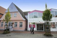 Alt + Neu in Otterndorf - historische Architektur, Wohnhaus mit Dachspeicher und moderne Verwaltungsarchitektur - Sparkassengebäude in der Marktstraße.