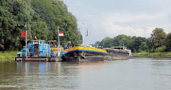 Arbeitsschiffe - Bagger und Binnenschiff im Sacrow Paretzer Kanal im Bundesland Brandenburg. Der Kanal ist eine Teilstrecke der Bundeswasserstraße Untere Havel-Wasserstraße.