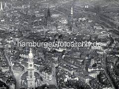 Historische Luftaufnahme von der Hamburger Innenstadt - im Vordergrund die St. Michaeliskirche - im Hintergrund die St. Petrikirche (lks.) und die Nikolaikirche - re. die St. Katharinenkirche und die Hamburger Speicherstadt am Zollkanal.