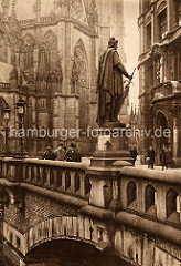 Historisches Bild von der Trostbrücke in der Altstadt Hamburgs - Standbild Graf Adolph III; im Hintergrund die St. Nikolaikirche.