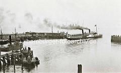Ein Passagierschiff liegt vor Cuxhaven auf Reede - ein Zubringerschiff bringt die Passagiere zu ihrem Schiff.