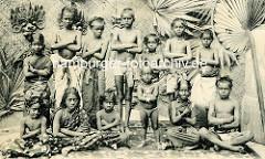 Altes Foto von der Völkerschau in Hagenbecks Tierpark in Hamburg Stellingen - Gruppe Kinder aus Malabar / Indien.