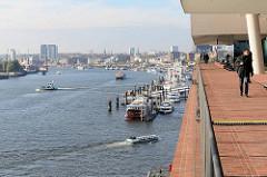 Aussichtsplattform / Plaza der Hamburger Elbphilharmonie - Blick auf die Elbe und die St. Pauli Landungsbrücken.