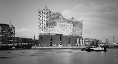 Schwarz-Weiß Aufnahme der Hamburger Elbphilharmonie in der Hafencity an der Norderelbe.