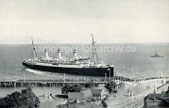 Historische Bilder aus Cuxhaven - der Passagierdampfer Resolute legt am Amerikakai an.
