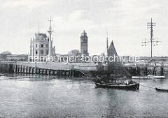 Alte Fotografie von Cuxhaven, ein Ewer läuft in den Hafen ein - re. der Windsemaphor Cuxhaven, der zur optischen Übermittlung von Wetterinformationen an Schiffe dient.