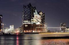 Nachtaufnahme von der Hamburger Elbphilharmonie; Einfahrt in den Sandtorhafen.