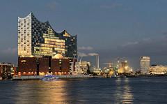 Abend in der Hamburger Hafencity - beleuchtete Fenter in der Elbphilharmonie - Bürogebäude am Grasbrookhafen.