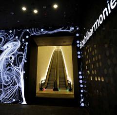 Eingang zum Konzerthaus Elbphilharmonie am Kaiserkai / Platz der Deutschen Einheit im Hamburger Stadtteil Hafencity.