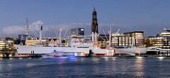 Abenddämmerung / Blaue Stunde am Hamburger Hafen - Blick über die Elbe zum Museumsschiff Cap San Diego - Kirchturm der St. Michaeliskirche / Michel in der Hamburger Neustadt.