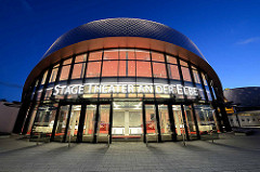 Architektur vom Hamburger Stage Theater an der Elbe in Hamburg Steinwerder - Blaue Stunde.