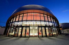 Architektur vom Hamburger Stage Theater an der Elbe in Hamburg Steinwerder - Blaue Stunde.