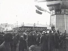 Alte Fotografie - Jahrmarkt mit Besuchern, Karussell mit Zeppelin.