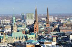 Türme der Hansestadt Hamburg - lks. das Hamburger Rathaus, in der Bildmitte die St. Petrikirche, lks. die St. Jacobikirche.