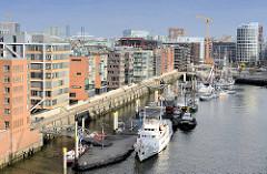 Blick auf den Sandtorhafen / Traditionsschiffhafen in der Hamburger Hafencity.
