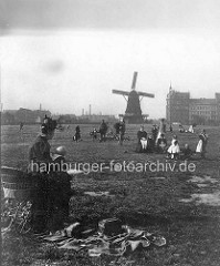Altes Bild vom Hamburger Heiligengeistfeld - Frau mit Kinderwagen macht Picknick - Windmühle im Hintergrund.
